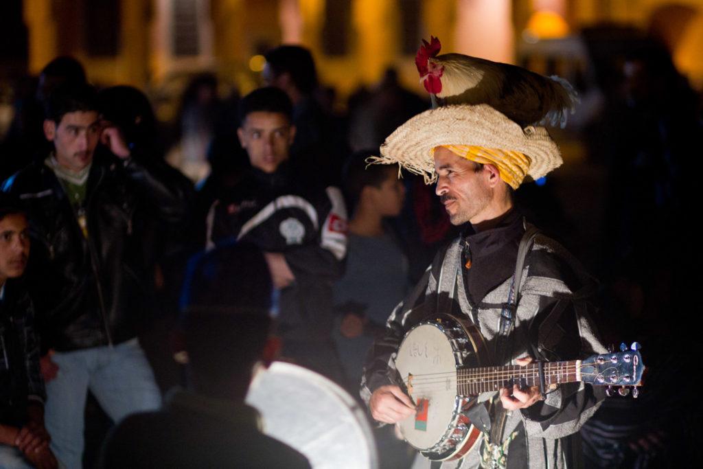 Músico showman callejero en la plazas Yamaa el Fna de Marrakech